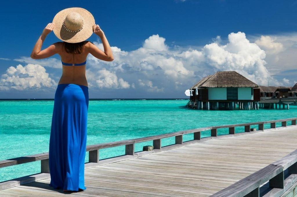 žena u moře na mole