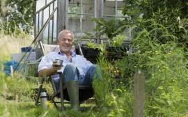 senior na zahradě