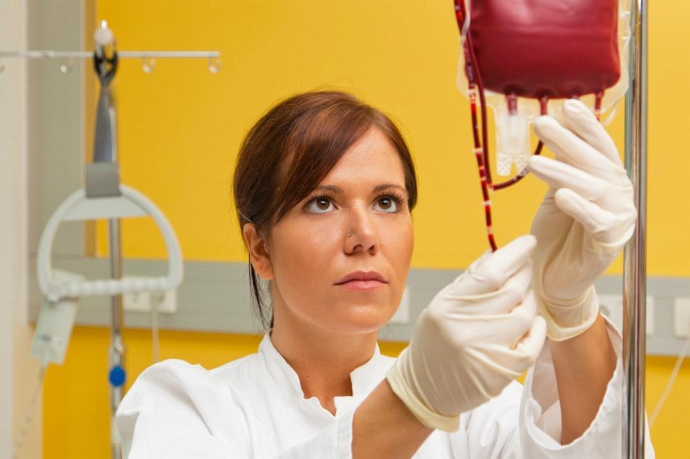 laborantka s krevním vzorkem