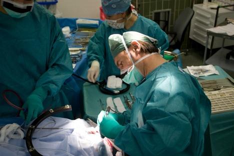 MUDr. Jan Klener, primář neurochirurgického oddělení Nemocnice Na Homolce, při operaci mozku