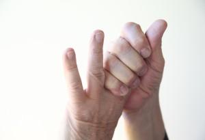protahování prstů praskání prstů