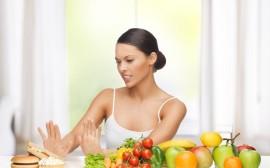 žena odmítá nezdravé jídlo