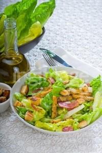 servírovaný salát s masem a zeleninou
