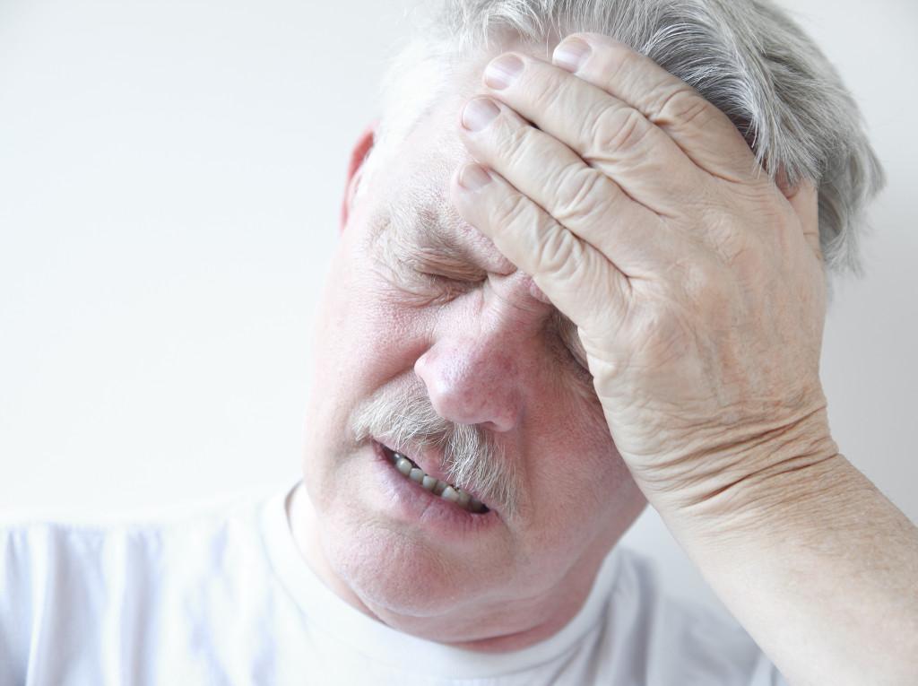 seniora bolí hlava