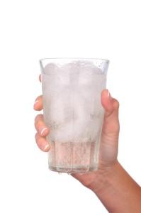 ledová voda ve skleničce
