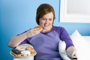žena jí nezdravé cukroví