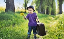 dítě jde s kufříkem, cestuje