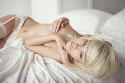 krásná žena v posteli