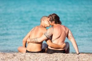 Gay pár se líbá na pláži