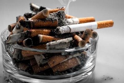 popelník plný cigaret