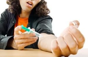 drogově závislý kluk si píchá drogu