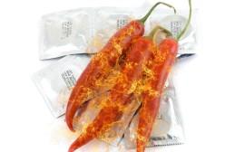 prezervativy a hořící chilli papričky