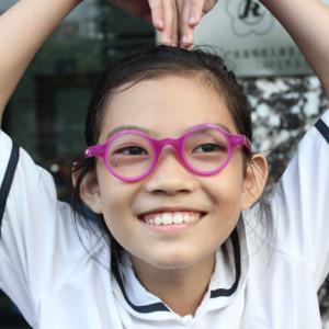 děvčátko s brýlemi