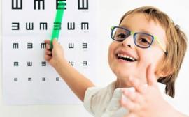 dítě s brýlemi