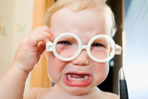 dítě v brýlích