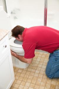 muž zvrací na záchodě