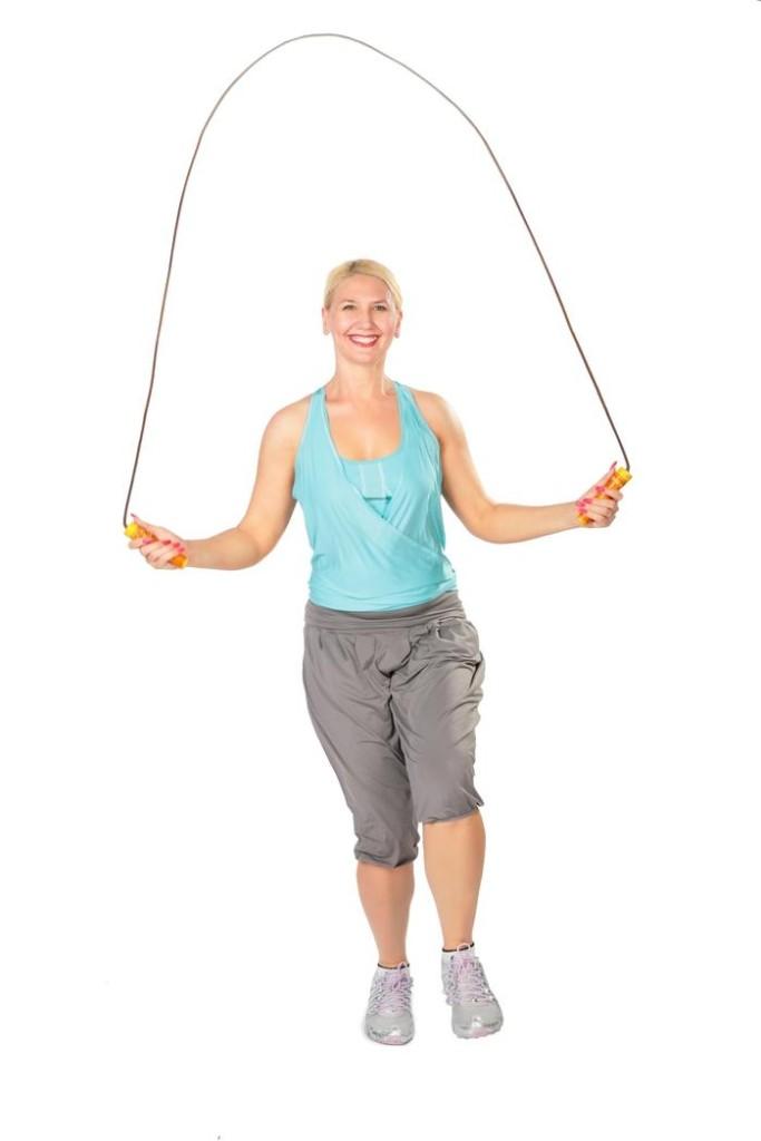 žena skáče přes švihadlo sport přináší štěstí