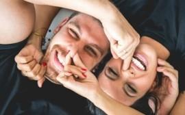 štěstí smích partnerů