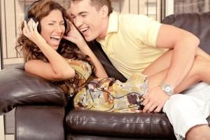 domácí štěstí-žena a muž se smějí až jim tečou slzy z očí