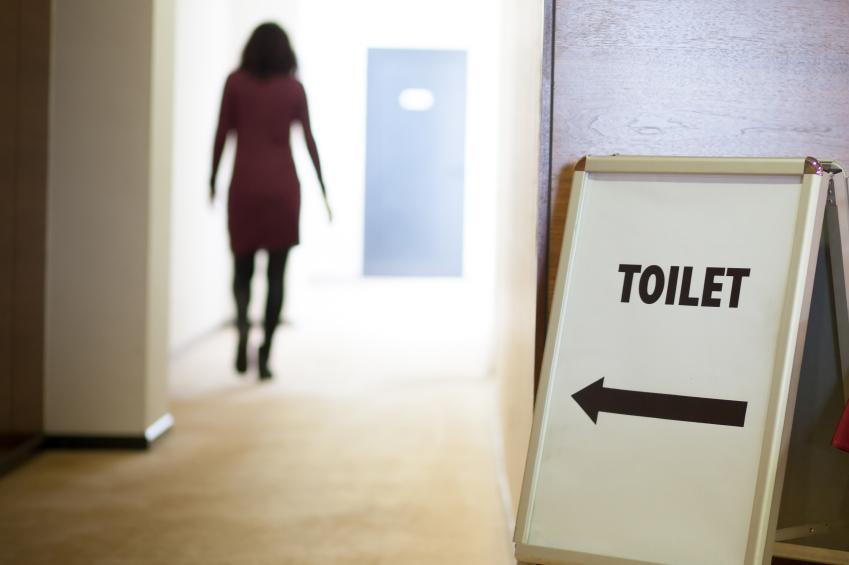 intersticiální cystitida, žena míří na toaletu