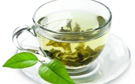 zelený čaj v hrnečku