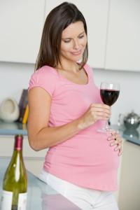 těhotná žena pije alkohol její dítě bude postižené mikrocefalie