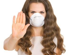 žena s rouškou přes ústa a nos má respirační syncyciální virus