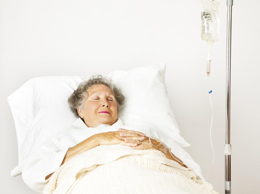 seniorka v nemocnci